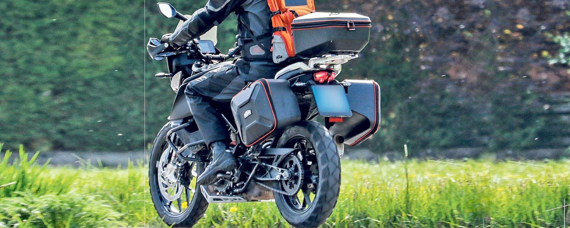 KTM 390 Adventure 2019, vista 3/4 posteriore