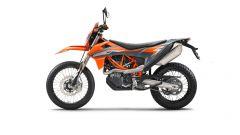 KTM 690 Enduro R 2021: la colorazione è mista grigio-arancio