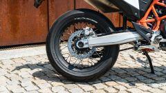 KTM 690 SMC R 2019: il cerchio a raggi posteriore
