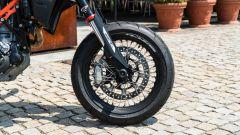 KTM 690 SMC R 2019: il cerchio anteriore in dettaglio
