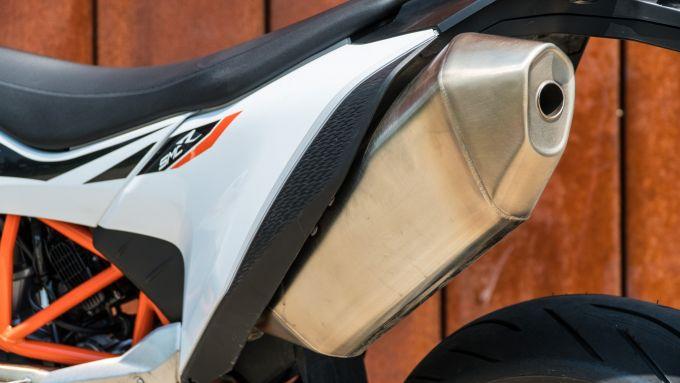 KTM 690 SMC R 2019: lo scarico di serie. Tra gli optional c' è anche l'Akrapovic