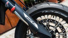 KTM 690 SMC R 2019: lo stelo della forcella marchiata WP