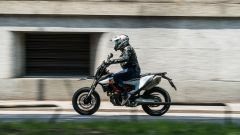 KTM 690 SMC R 2019: vista laterale dinamica