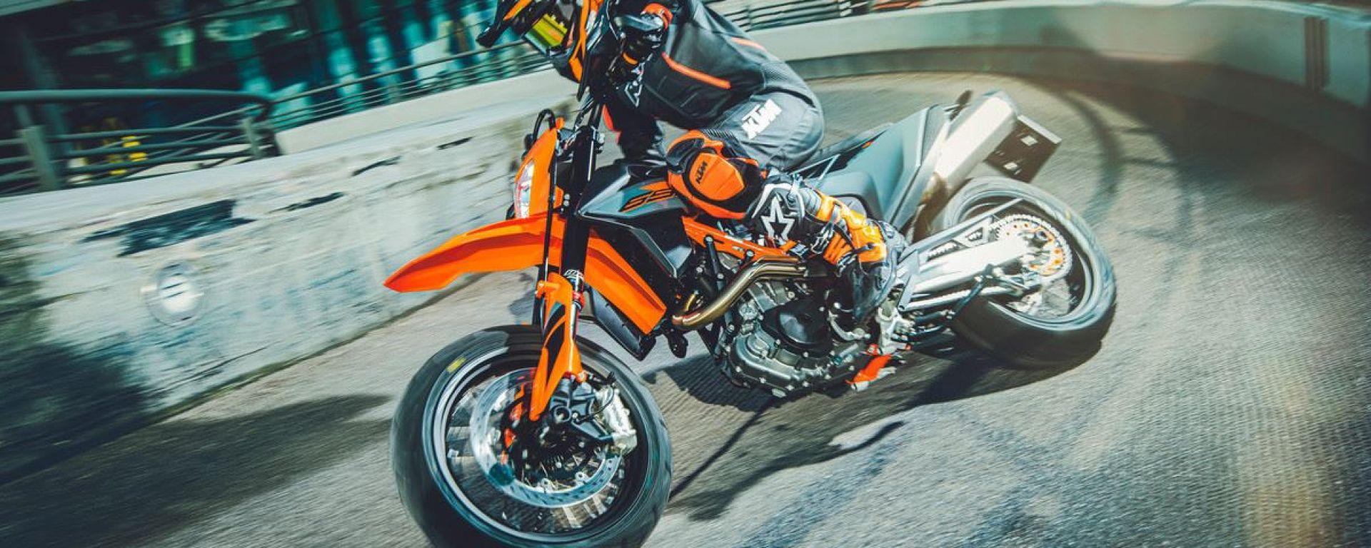 KTM 690 SMC R 2021: con la modalità Supermoto addio ad ABS e Traction Control