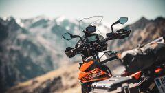 KTM 890 Adventure 2021: serbatoio da 20 litri e schermo TFT collegabile allo smartphone