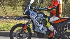 KTM: una 890 Adventure R camuffata, anticipa un nuovo modello? Le foto - Immagine: 3