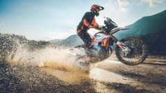KTM 890 Adventure R Rally in impennata