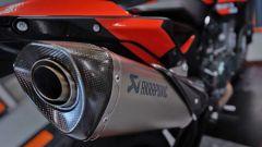 KTM 890 Duke Tech 3: per essere una replica da corsa, lo scarico Akrapovic è d'obbligo