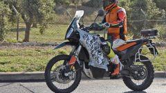 KTM: la 790 Adventure camuffata ha anche un nuovo faro con cupolino più protettivo