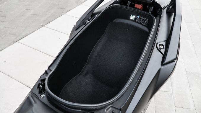 Kymco AK 550: nel vano sottosella ci sta un casco integrale