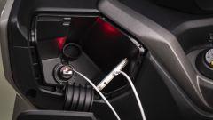 Kymco X-Town 300i ABS 2021: il vano nel retroscudo con presa USB