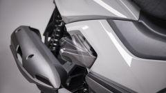 Kymco X-Town 300i ABS 2021: l'apertura delle pedane per il passeggero
