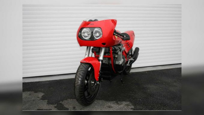 La 900 cc fu costruita con l'autorizzazione di Piero Ferrari in onore di Enzo