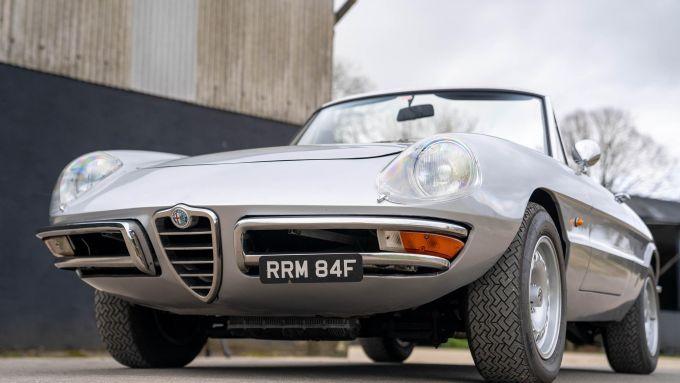 La Alfa Romeo Duetto Spider ''Osso di seppia'' messa in vendita da Metcalfe