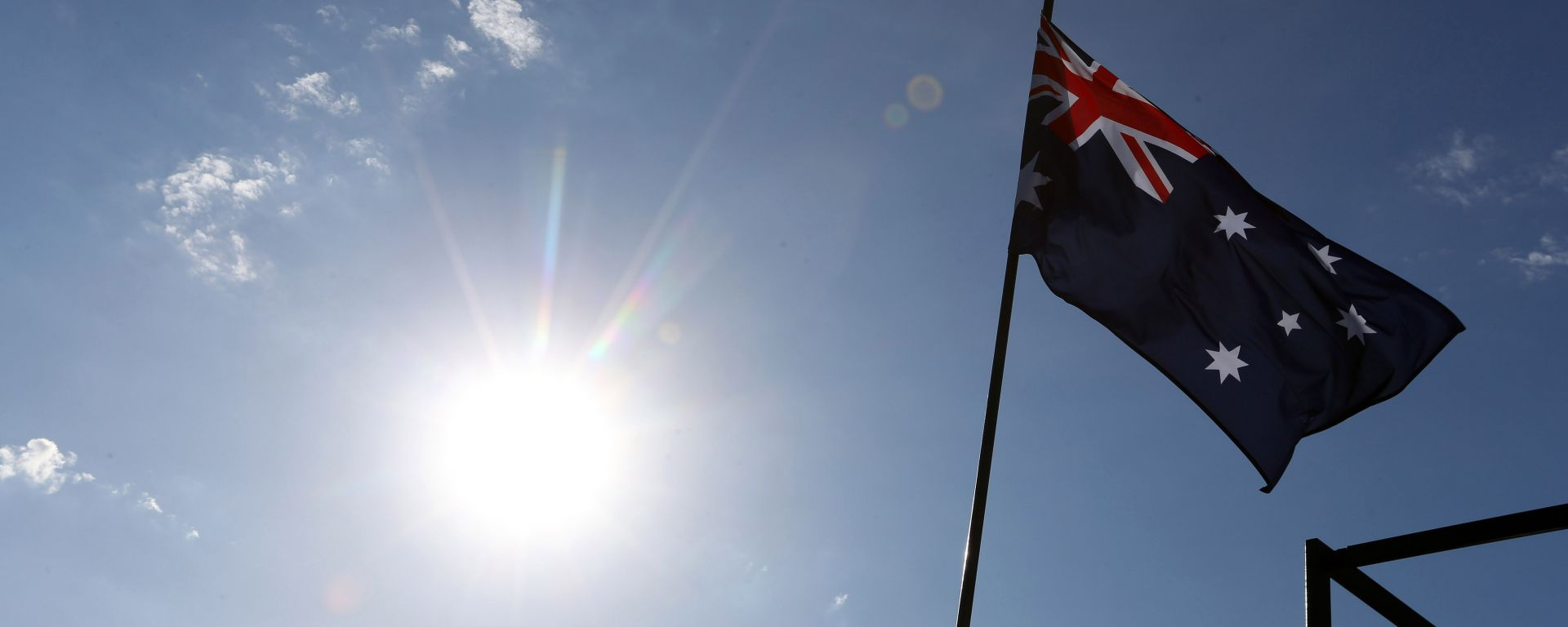 La bandiera australiana sventola sotto il sole di Melbourne