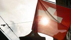 La bandiera della Svizzera sventola tra le strade della capitale Berna