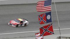 La bandiera sudista in autodromo durante un evento Nascar