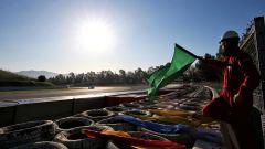 La bandiera verde sventolata all'inizio dei test precampionato F1 2020 a Barcellona