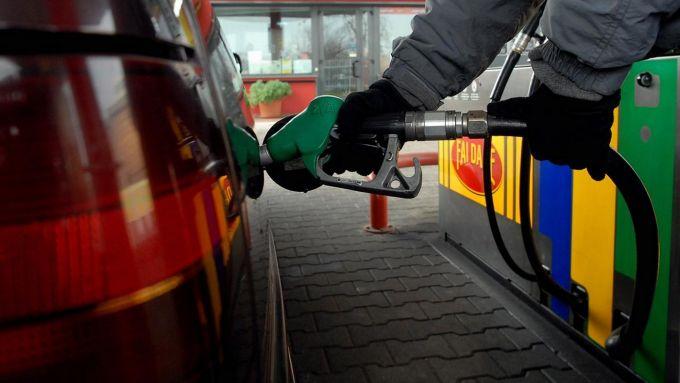 La benzina verde attualmente costa di più anche a causa delle accise: nel 2030 la forbice col gasolio potrebbe cessare di esistere