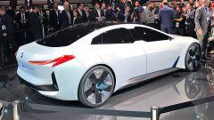 La BMW i4 sarà ispirata alla concept iVision Dynamics: qui in vista 3/4 posteriore