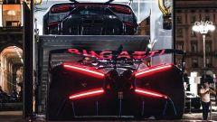 La Bugatti Bolide viene caricata per il trasporto