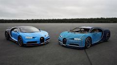 La Bugatti Chiron di Lego accanto all'originale