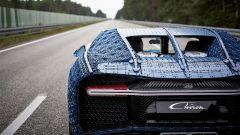 La Bugatti Chiron di Lego sul rettilineo del centro prove di Ehra Lessien in Germania