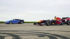 Bugatti Chiron vs RedBull F1. Il video della drag race