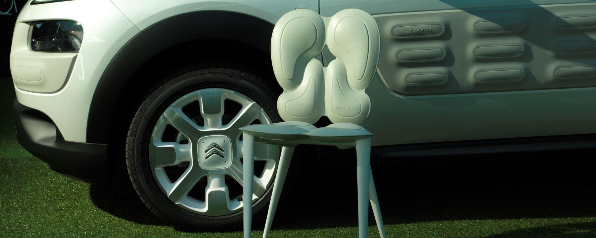 La Cactus Chair by Mario Bellini accanto alla Citroen C4 Cactus
