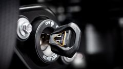La chiave d'avviamento con finiture dorate della Triumph Bobber TFC 2020