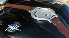 La cinghia in cuoio sul serbatoio della MV Agusta Superveloce 800