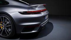 La coda di Porsche 911 Turbo S 2020