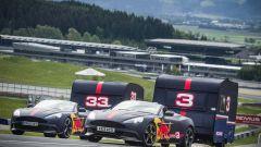 La corsa pazza con roulotte e Aston Martin tra Verstappen e Ricciardo