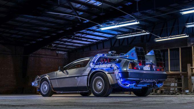 La DeLorean di Ritorno al Futuro nella replica di Razorfly Studios