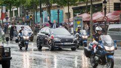 La DS7 Crossback di Emmanuel Macron scortata dalle moto della polizia