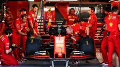 La Ferrari di Charles Leclerc nei box durante i test di Abu Dhabi 2019
