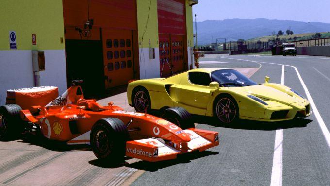 La Ferrari Enzo accanto alla Ferrari F1 di Michael Schumacher