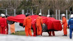 La Ferrari SF70H recuperata dai commissari di pista - test day 2 Barcellona