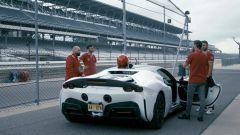 La Ferrari SF90 Stradale sulla pit lane di Indy: lo spoiler maggiorato fa parte del pack Assetto Fiorano