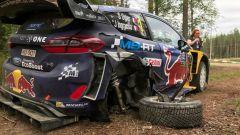 La Ford Fiesta di Ogier è fuori dai giochi per un vistoso problema al posteriore!