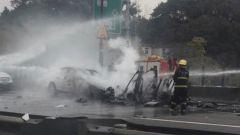 La Ford Focus coinvolta nell'incidente e, più a destra, i resti irriconoscibili della Tesla Model X