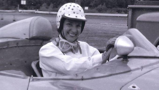 La foto è in bianco/nero ma la storia ci racconta che il casco di Denise aveva i pois rosa
