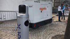 La foto incriminata: una colonnina EnelX agganciata al generatore diesel