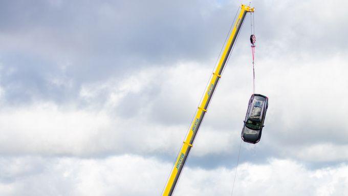 La gru lascia cadere l'auto da trenta metri di altezza