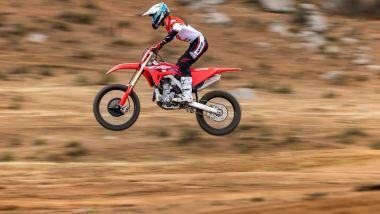 La Honda CRF250R 2022 in salto