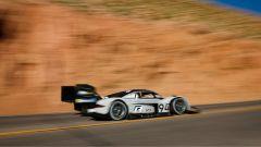 La I.D. R di Volkswagen stabilisce un nuovo record sulla Pike's Peak, battendo il primato di Sebastien Loeb su Peugeot 2018