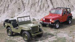 La Jeep Willys militare, accanto a una Jeep Wrangler