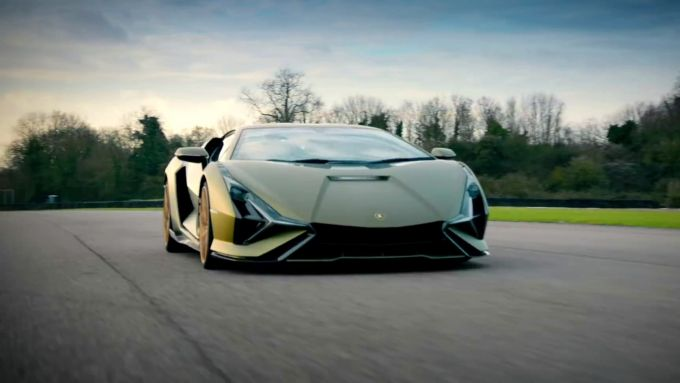 La Lamborghini Sian portata in pista da Chris Harris di Top Gear