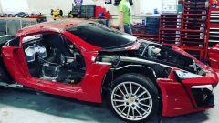 La Lykan Hypersport replica sopra, la Porsche Boxster S sotto