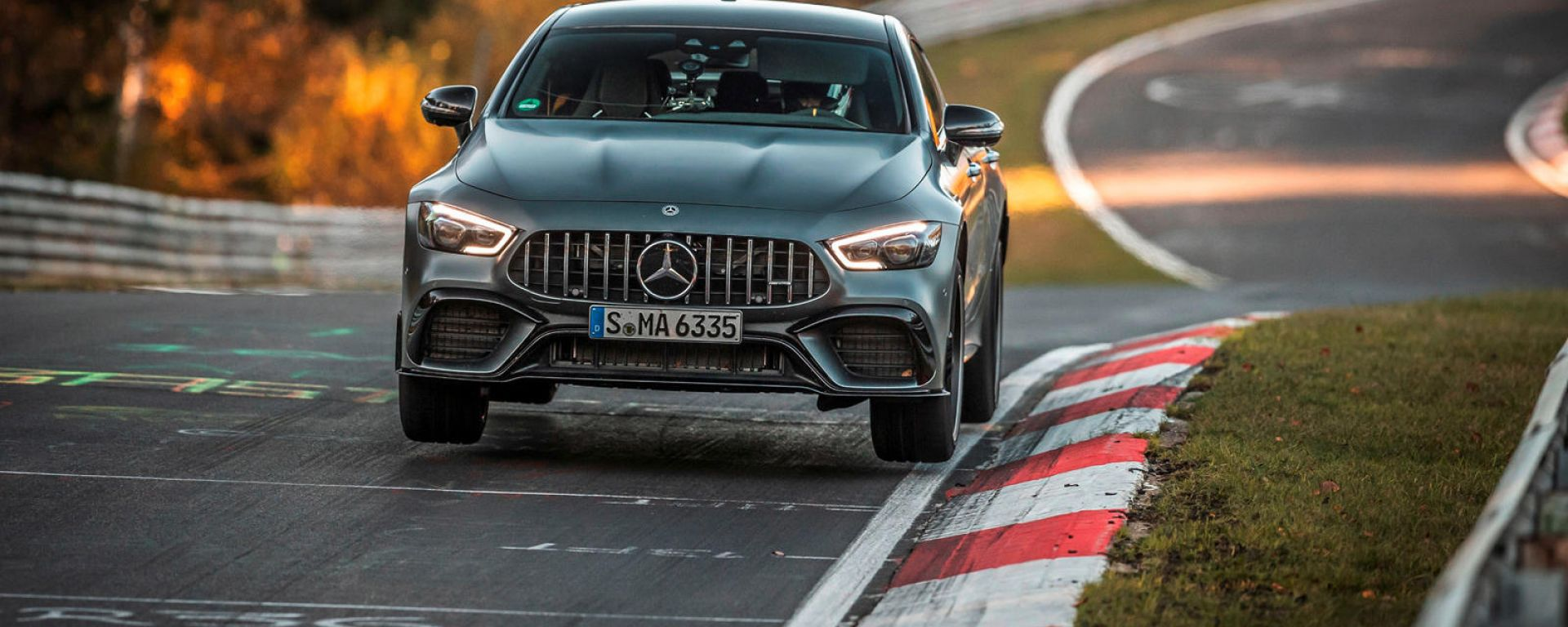 La Mercedes-AMG GT 63 S 4Matic+ in salto al Ring
